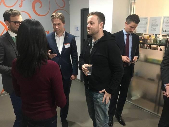한국을 내한한 네덜란드 대사와 스타트업 관계자들이 서울글로벌창업센터 내 입주하고있는 FitBase의 네덜란드인 대표 마크(Mark Balneger)와 이야기를 나누고있다.