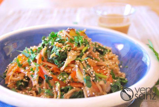 Soba oriental con verduras salteadas