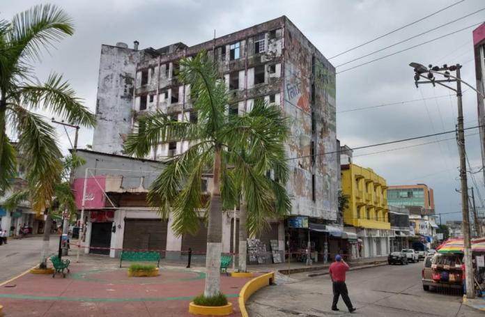 Corroída y riesgosa construcción en el corazón de Minatitlán.