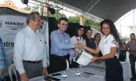 José Kirsch Entrega Becas A Niños Y Jóvenes De Poza Rica