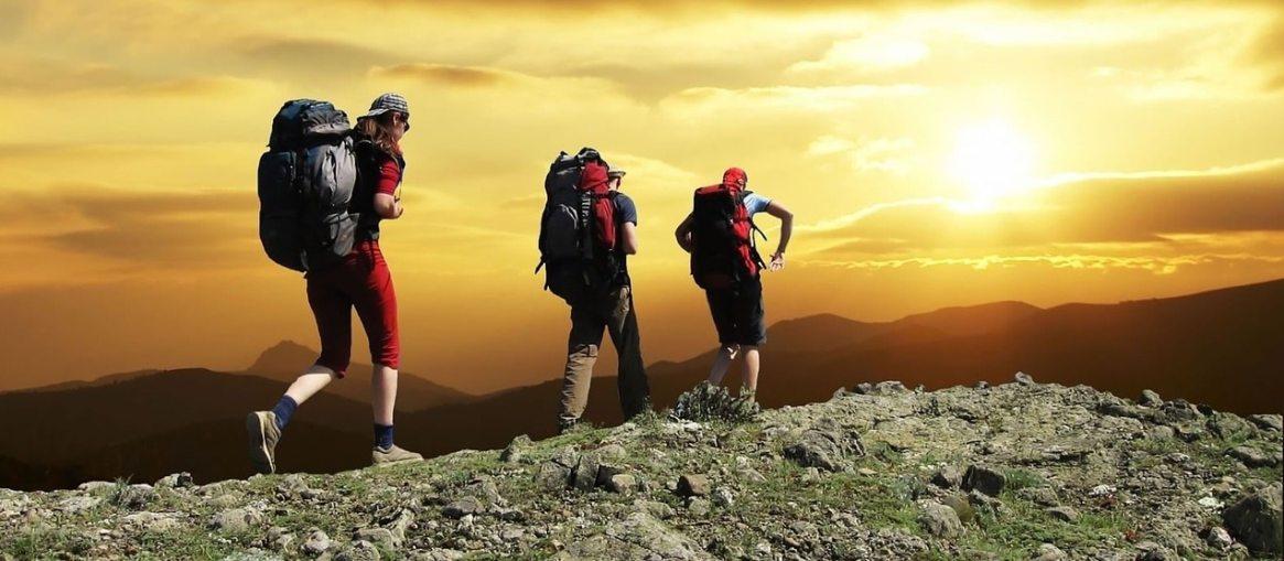 mochileros en la montaña