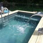 Petite piscine avec cascade lame d'eau