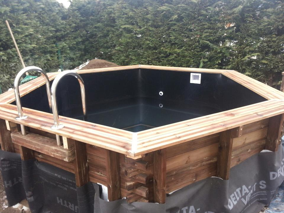 Piscine en bois hexagonale semi enterree liner noir for Piscine bois semi enterree