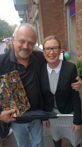 Håkan Lundmark, verksamhetschef på Verdandis sociala arbetsintegrerande företag Trappstegen i Sundbyberg kom och lämnade present till förbundsordförande Helena Frisk.