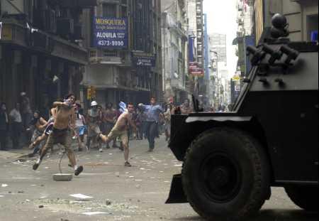 Tumultos na Argentina em 2001 (http://www.verdant.net)