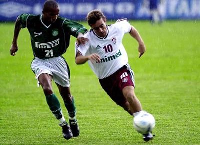 Paulo Assunção contra o Fluminense