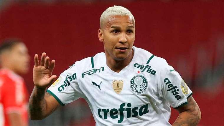 Deyverson, do Palmeiras, comemora gol marcado contra o Internacional, em Porto Alegre