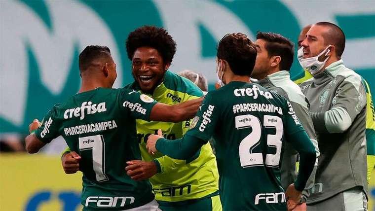 Luiz Adriano, Rony e Raphael Veiga comemoram gol do Palmeiras sobre o Athletico-PR