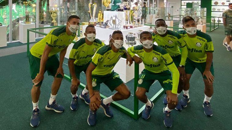 Elenco do Palmeiras conhece a nova sala de troféus.