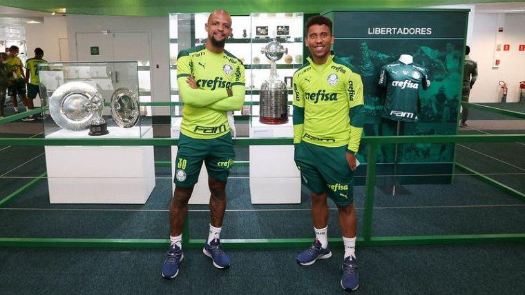 Felipe Melo e Marcos Rocha a frente da taça do bicampeonato da Libertadores na Sala de Troféus do Palmeiras