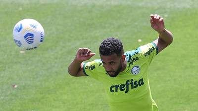 O lateral-esquerdo do Palmeiras Jorge, em treino na Academia de Futebol.