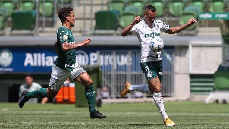 Marcos Rocha e Breno Lopes durante jogo-treino do Palmeiras no Allianz Parque.