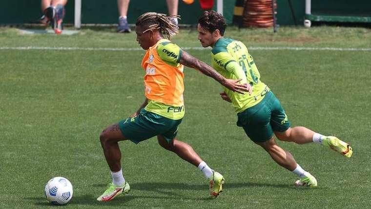 Danilo e Raphael Veiga durante treino do Palmeiras na Academia de Futebol.