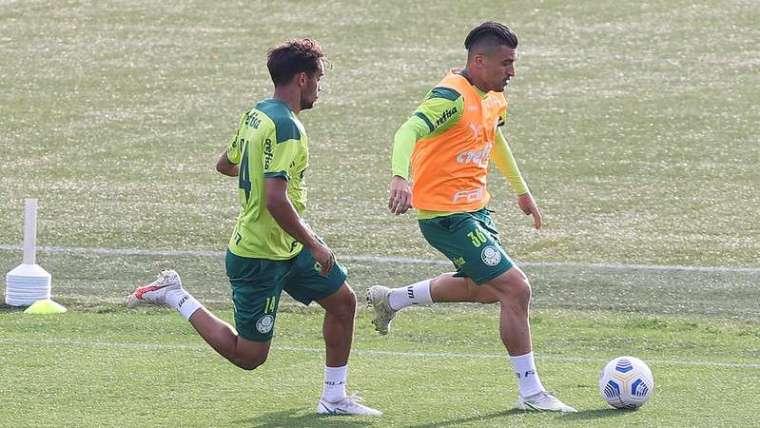 Gustavo Scarpa e Victor Luis durante treino do Palmeiras na Academia de Futebol.