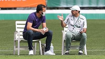 O assessor técnico Edu Dracena e o técnico Abel Ferreira, da SE Palmeiras, durante treinamento na Academia de Futebol.