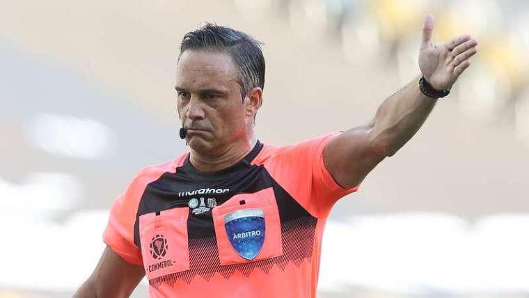 Patricio Loustau foi o árbitro da final da Libertadores 2020 entre Palmeiras e Santos, no Maracanã.