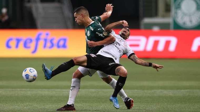 Renan disputa bola com Gabriel no Derby válido pela terceira rodada do Brasileirão 2021, no Allianz Parque.