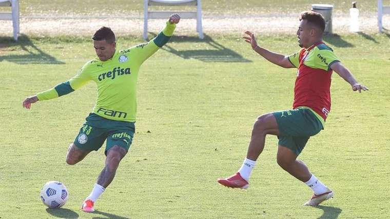 Dudu e Gabriel Menino durante treino do Palmeiras, na Academia de Futebol.