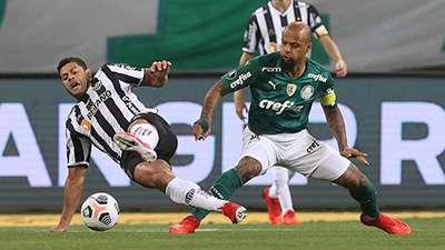 Felipe Melo disputa com Hulk, em jogo do Palmeiras contra o Atlético-MG, durante primeira partida válida pelas semifinais da Libertadores 2021, no Allianz Parque.