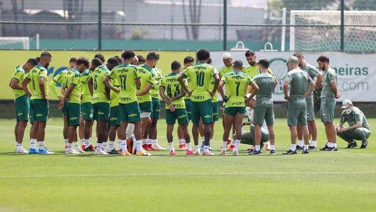 Abel Ferreira conversa com o elenco do Palmeiras durante treinamento na Academia de Futebol.