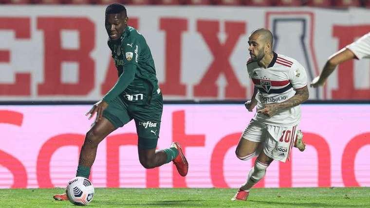 Patrick de Paula do Palmeiras disputa com Daniel Alves do SPFC, durante primeira partida válida pelas quartas de final da Libertadores 2021, no Morumbi.