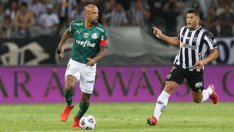 Felipe Melo do Palmeiras em lance com Hulk do Atlético-MG, durante segunda partida válida pelas semifinais da Libertadores 2021, no Mineirão.
