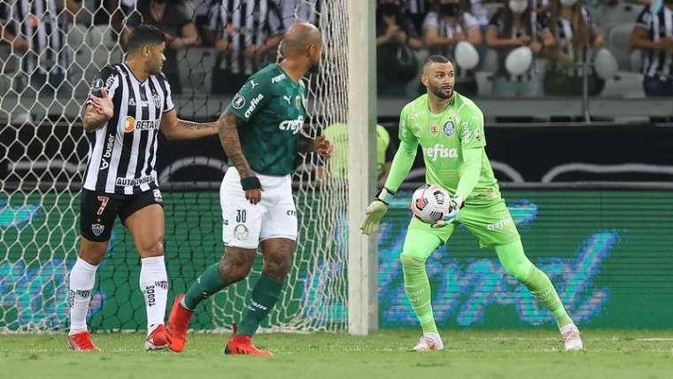 Felipe Melo e Weverton durante segunda partida do Palmeiras contra o Atlético-MG, válida pelas semifinais da Libertadores 2021, no Mineirão.