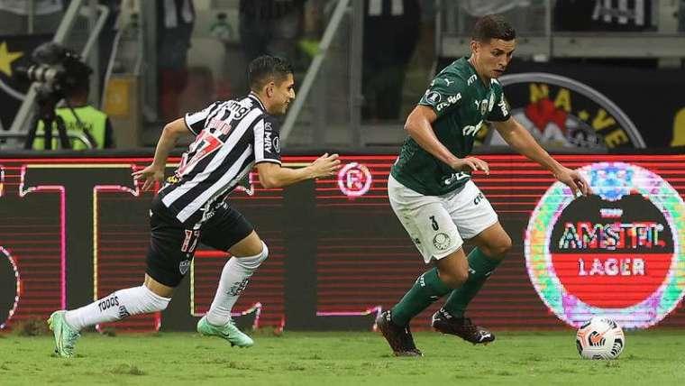 Renan do Palmeiras, disputa bola com o Savarino do Atlético-MG, durante segunda partida válida pelas semifinais da Libertadores 2021, no Mineirão.