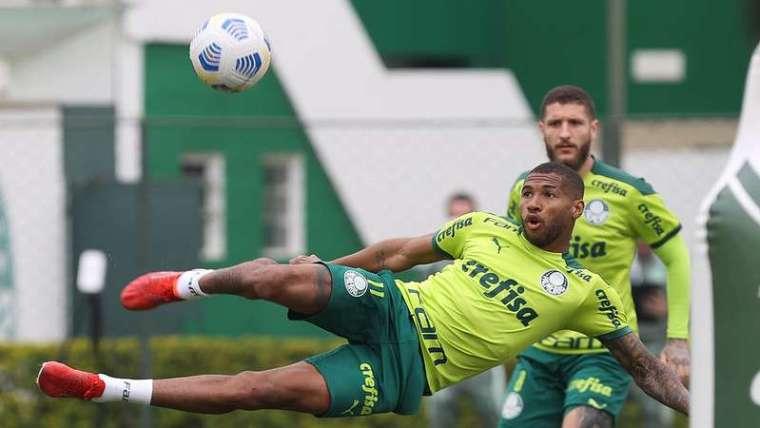 Wesley em ação sendo observado por Zé Rafael, durante treino do Palmeiras, na Academia de Futebol.