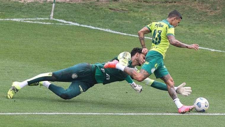 Dudu e Natan em disputa, durante atividades em treinamento do Palmeiras, na Academia de Futebol.