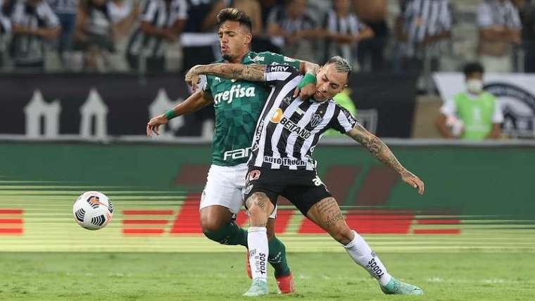 Gabriel Menino do Palmeiras em disputa com Vargas do Atlético-MG, durante segunda partida válida pelas semifinais da Libertadores 2021, no Mineirão.