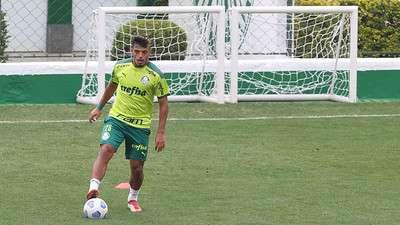 Gabriel Menino durante treino do Palmeiras, na Academia de Futebol.