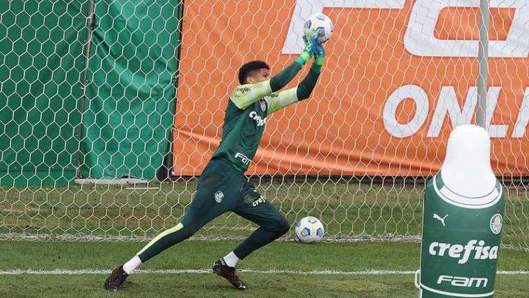 Mateus do Sub-20 do Palmeiras, durante treino com o elenco profissional, na Academia de Futebol.