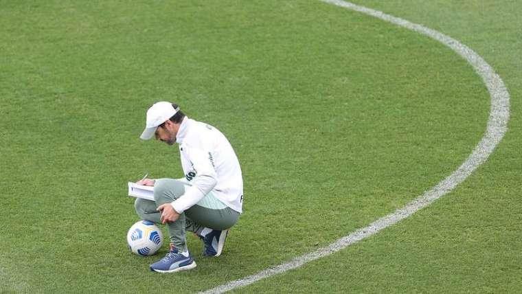 Abel Ferreira durante treinamento do Palmeiras, na Academia de Futebol.