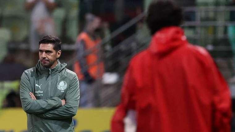 Abel Ferreira em jogo do Palmeiras contra o Red Bull Bragantino, durante partida válida pela vigésima quinta rodada do Campeonato Brasileirão 2021, no Allianz Parque.