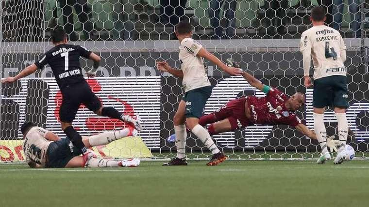 Renan e Kuscevic observam Jailson, em jogo do Palmeiras contra o Red Bull Bragantino durante partida válida pela vigésima quinta rodada do Brasileirão 2021, no Allianz Parque.