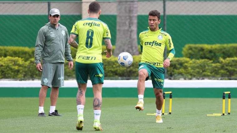 Zé Rafael e Marcos Rocha durante treino do Palmeiras, na Academia de Futebol.