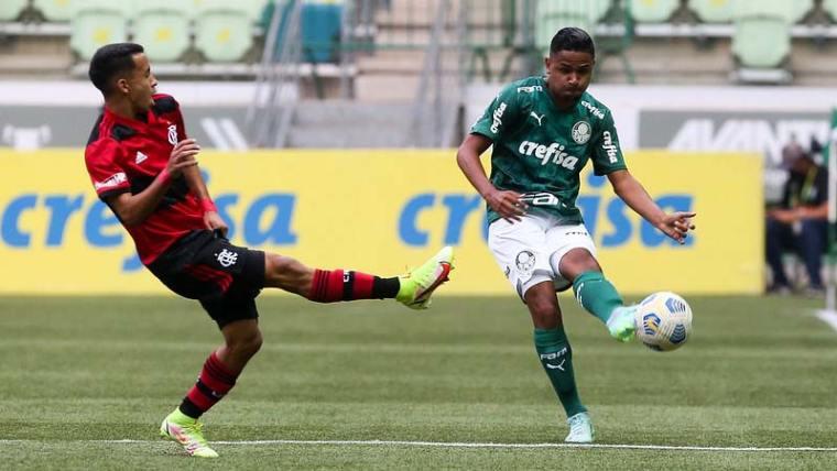 Equipe Sub-17 do Palmeiras em jogo contra o Flamengo, na segunda partida válida pela semifinal da Copa do Brasil Sub-17, no Allianz Parque.
