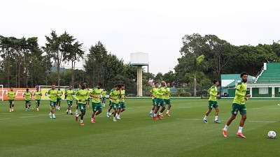 Elenco do Palmeiras durante treino na Academia de Futebol.
