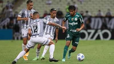 Gustavo Scarpa do Palmeiras em disputa com jogadores do Ceará, durante partida válida pela décima nona rodada do Brasileirão 2021, no Castelão.
