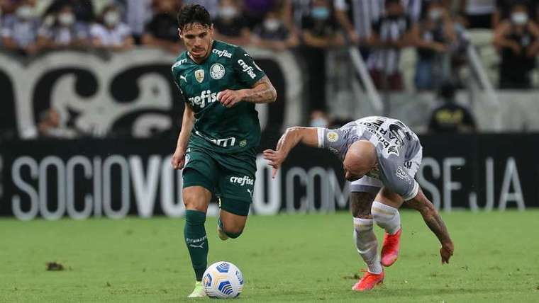 Raphael Veiga do Palmeiras em disputa com Marlon do Ceará, durante partida válida pela décima nona rodada, do Brasileirão 2021, no Castelão.