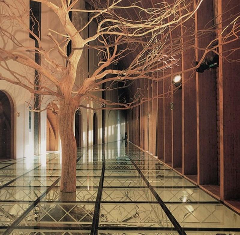 paisajismo de Expo92: árbol interior pabellón Hungría Expo 92