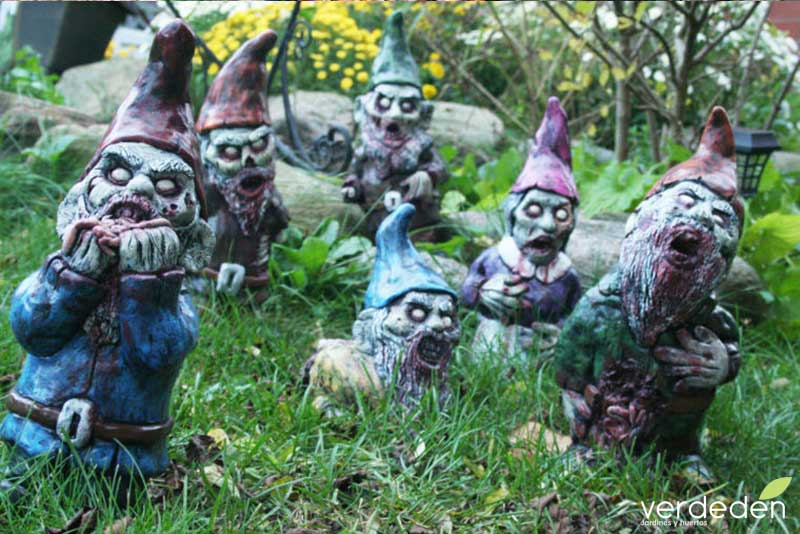enanos zombies en el jardín
