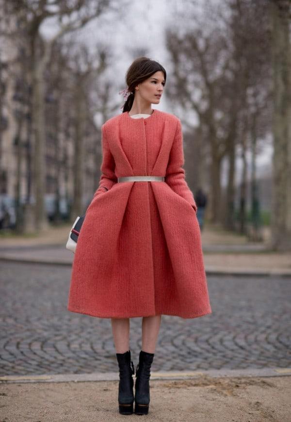 Hanneli Mustaparta con cappotto rosa