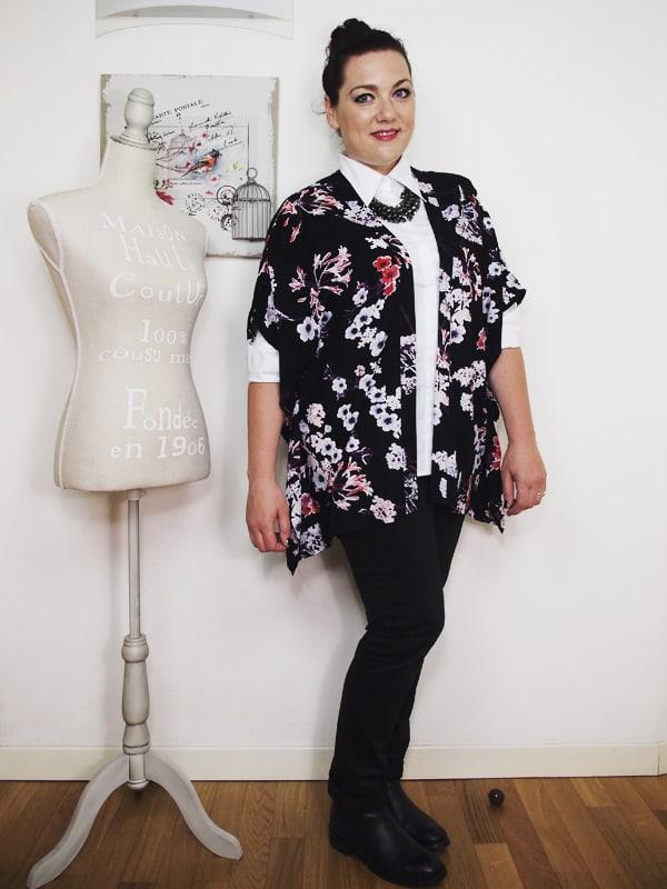 outfit-curvy-camicia-bianca-kimono a fiori-bianco-e-nero-VerdementaBlog-01
