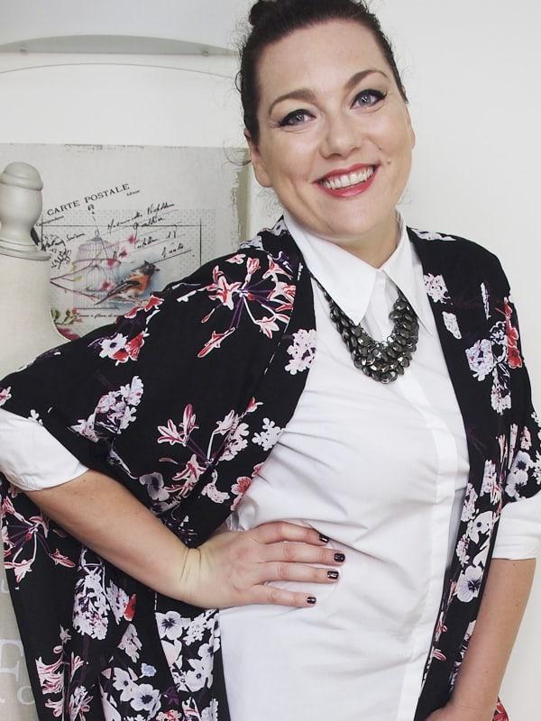 outfit-curvy-camicia-bianca-kimono a fiori-bianco-e-nero-VerdementaBlog-06