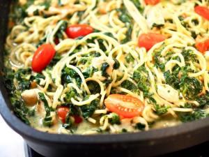 Spaghetti mit Spinat-Frischkäsesauce und gebratenem Hähnchen