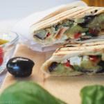 Mediterrane Wraps mit gegrilltem Gemüse und Hummus