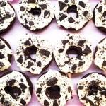 Super schokoladige Donuts mit Oreos aus dem Ofen