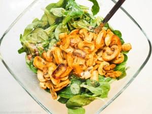 Feldsalat mit Speck-Sahne-Dressing und gebratenen Champignons